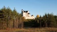 Zamek Bobolice - widok od strony ścieżki z kierunku zamku w Mirowie
