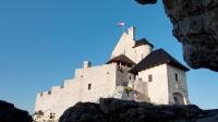 Zamek Bobolice - widok spod skał koło zamku